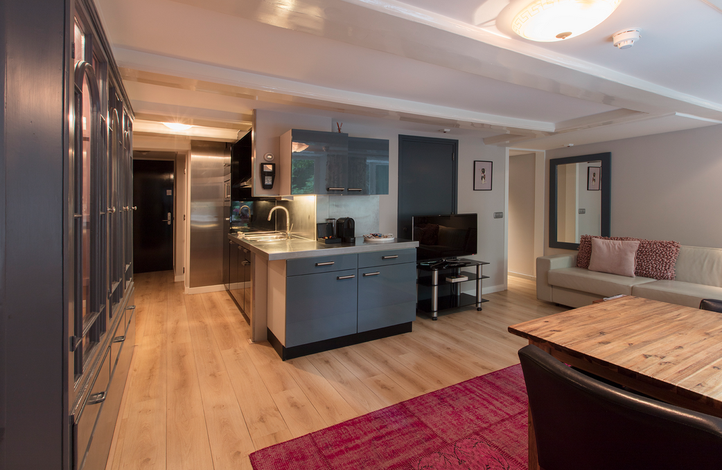 residence-apartment-on-famous-keizersgracht-canal-00002