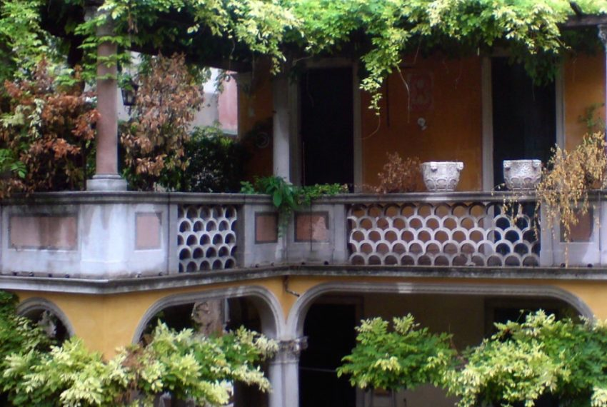 -A Handsome Venetian Hideaway with sleepy Canal Views-001