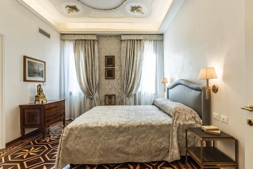 A Handsome Venetian Hideaway with sleepy Canal Views-025