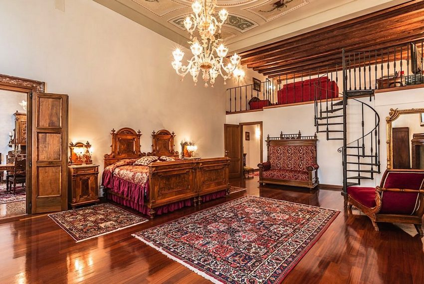 Luxury Apartment on Canal near Rialto Bridge Venice-019